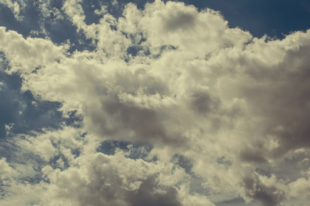 Czyste błękitne niebo z prostymi białymi chmurami, stonowane