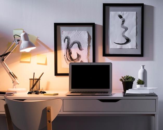 Czyste i schludne biurko z laptopem na górze