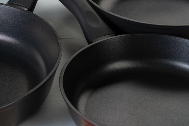 Czyste i suche patelnie na blacie kuchennym