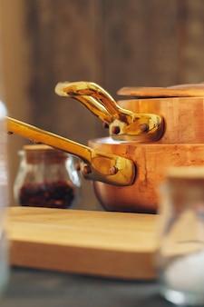 Czyste miedziane naczynia kuchenne z bliska