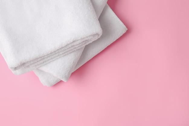 Czyste miękkie ręczniki na różowo