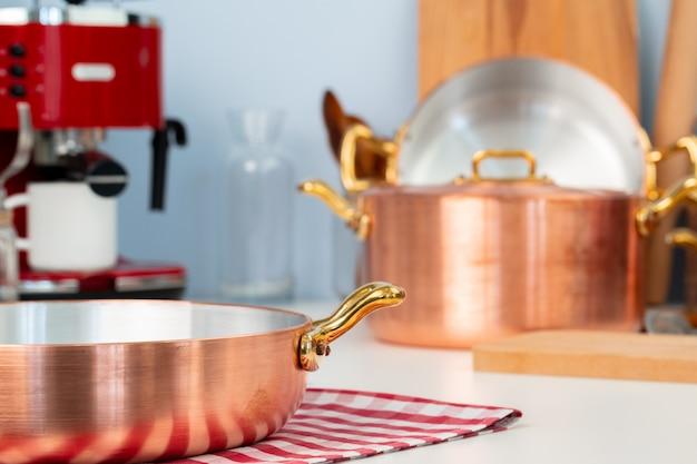 Czyste naczynia kuchenne, naczynia z bliska na stole w nowoczesnej kuchni