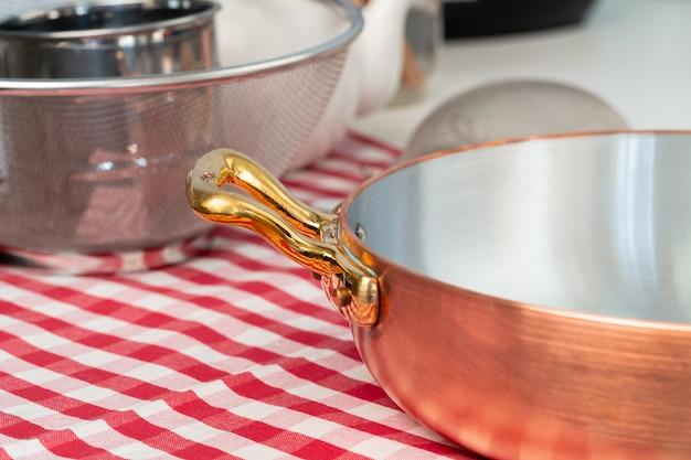 Czyste naczynia na stole w nowoczesnej kuchni