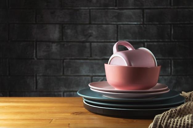 Czyste naczynia stoją na drewnianym stole