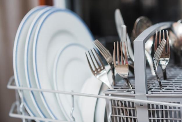 Czyste naczynia w pralce