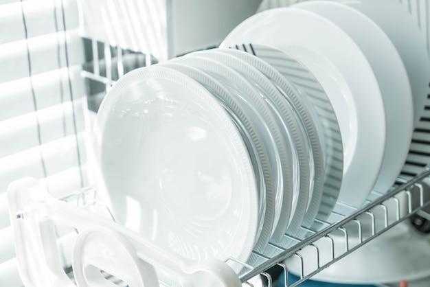 Czyste naczynie na stojaku