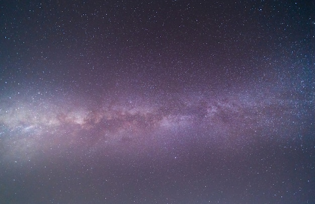 Czyste niebo nocą z gwiazdami i galaktyką drogi mlecznej
