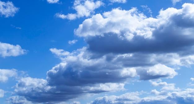 Czyste niebo z puszystymi chmurami powietrza
