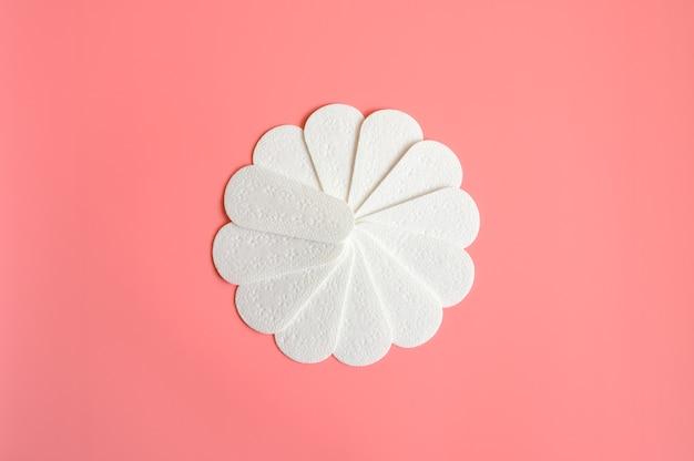Czyste, puste damskie jednorazowe podpaski lub serwetki menstruacyjne