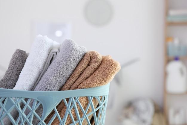 Czyste ręczniki i proszki do prania w pralni