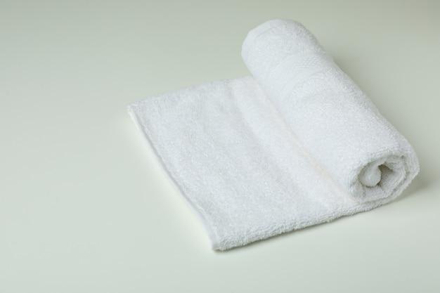 Czyste ręczniki składane na białym tle, miejsce na tekst