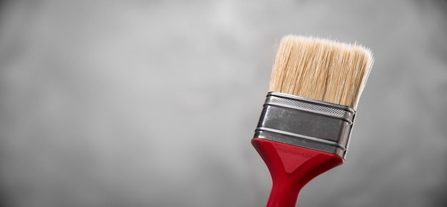 Czyste, świeże, nowe pędzle do malowania na szarym, rozmytym tle betonowym. zamknij się z kopii puste miejsce na tekst.