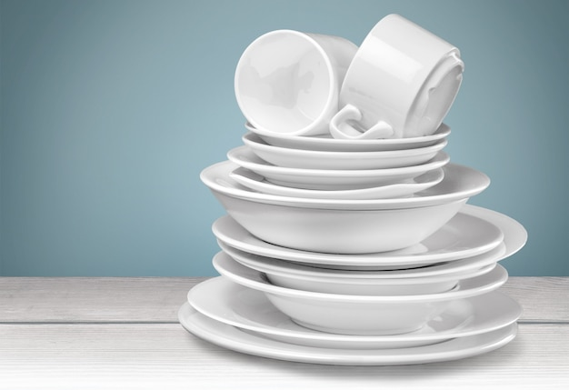 Czyste talerze i kubki na białym tle