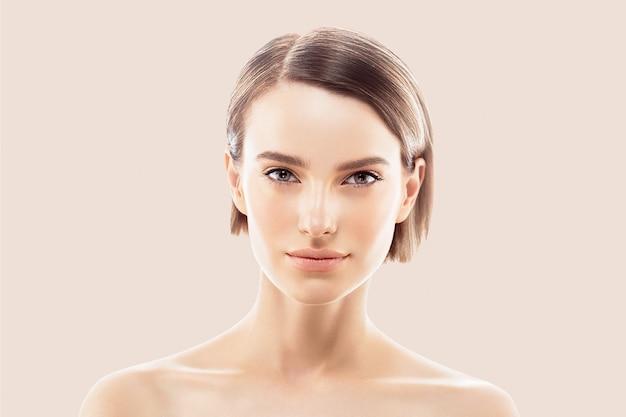 Czyste usta w kolorze skóry. blond brunetka krótkie włosy koncepcja pielęgnacji skóry. na białym tle na beżowym tle