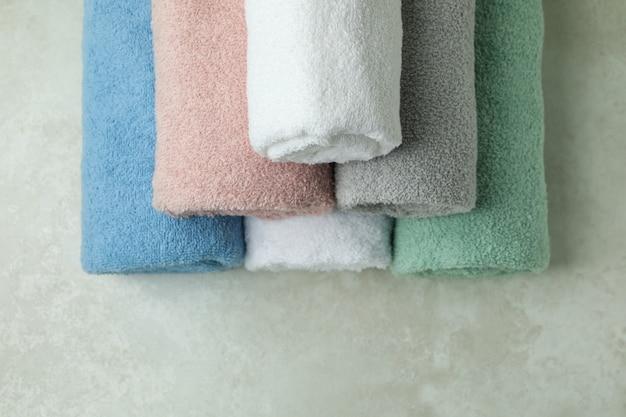 Czyste zrolowane ręczniki na teksturowanej