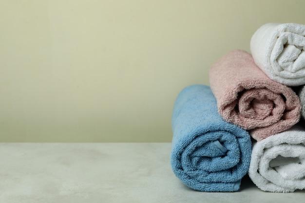 Czyste zrolowane ręczniki w kolorze beżowym