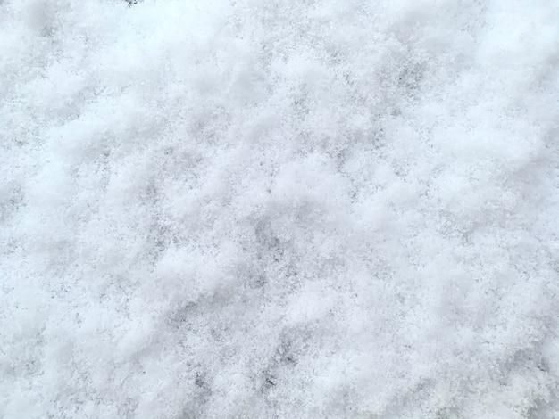 Czysty biały śnieg w odcieniach niebieskiego