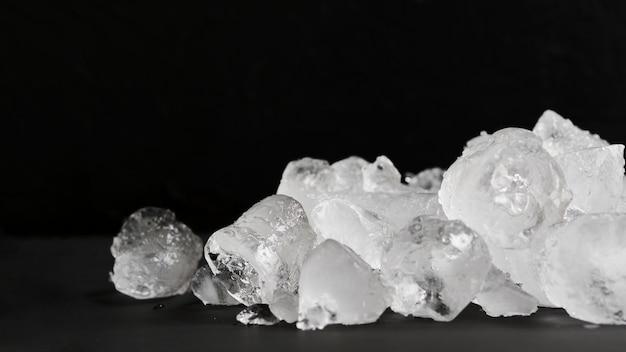 Czysty lód leżący w stosie