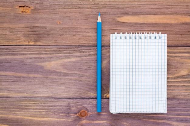 Czysty otwarty notatnik do pisania na spiralnym arkuszu mocowania
