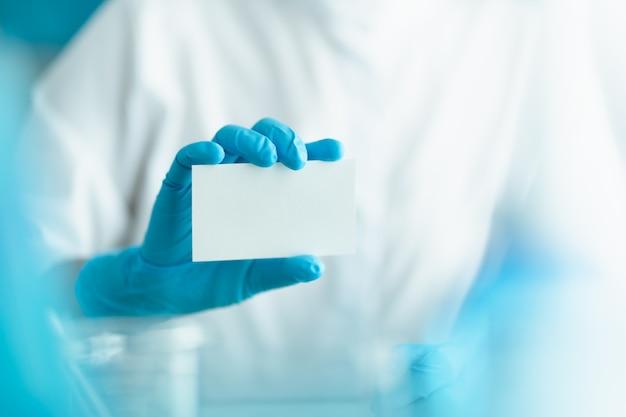Czysty papier gospodarstwa przez lekarza na sobie niebieskie rękawiczki