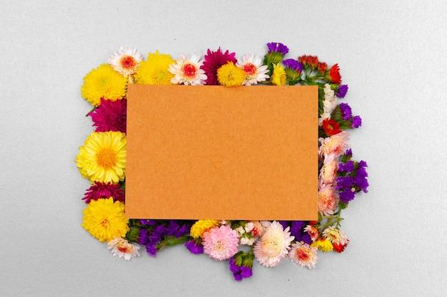 Czysty papier z miejsca na kopię i pąki kwiatowe