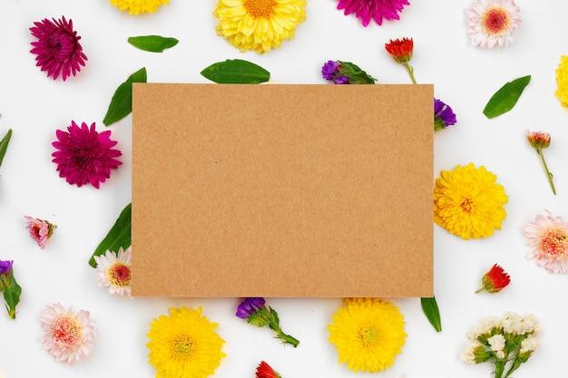 Czysty papier z miejsca na kopię i widok z góry pąki kwiatowe