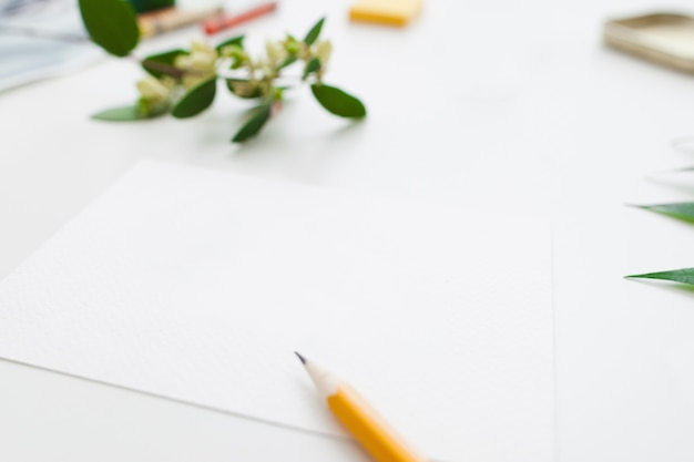 Czysty papier z ołówkiem i kwiatami
