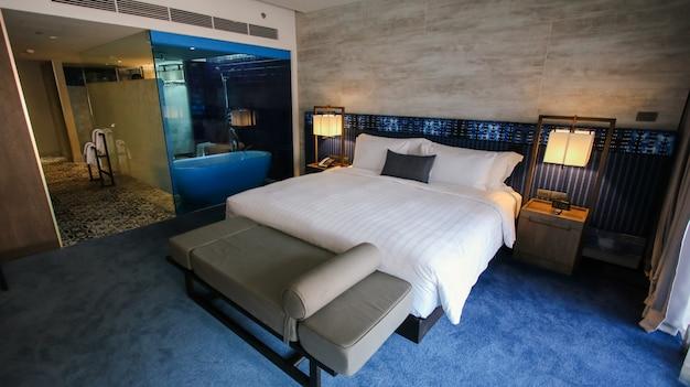 Czysty pokój hotelowy z drewnianymi łóżkami piętrowymi
