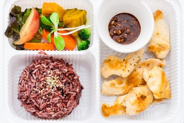 Czysty zestaw pudełek na żywność do pieczenia jagód ryżu pierś kurczaka warzyw i na ostro.