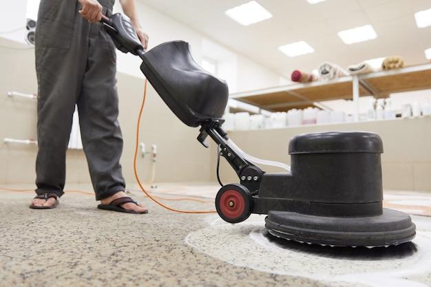 Czyszczenie chemiczne dywanów na profesjonalnej maszynie dyskowej. wczesne porządki wiosenne lub regularne sprzątanie