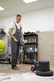 Czyszczenie chemiczne dywanów profesjonalną maszyną tarczową wczesnowiosenne czyszczenie lub regularne sprzątanie