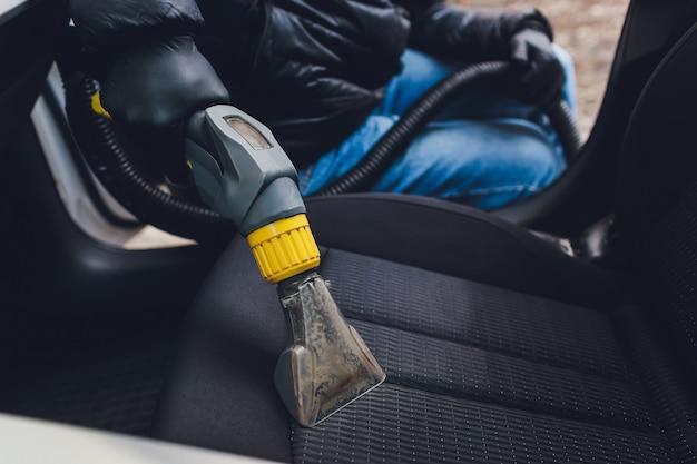 Czyszczenie chemiczne foteli tekstylnych wnętrza samochodu profesjonalną metodą ekstrakcji. wczesne wiosenne porządki lub regularne porządki.
