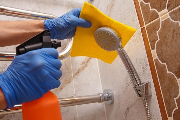 Czyszczenie chromowanych elementów łazienkowych specjalnym narzędziem do usuwania kamienia