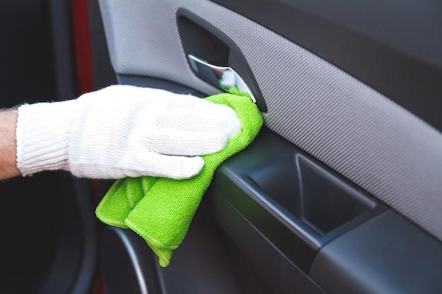 Czyszczenie deski rozdzielczej samochodu