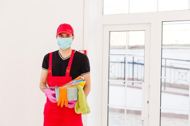 Czyszczenie i dezynfekcja kompleksu miejskiego w czasie epidemii koronawirusa. profesjonalne zespoły do działań dezynfekcyjnych. zapobieganie zakażeniom i kontrola epidemii. kombinezon ochronny i maska