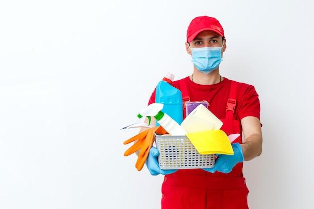 Czyszczenie i dezynfekcja kompleksu miejskiego w czasie epidemii koronawirusa. profesjonalne zespoły do działań dezynfekcyjnych. zapobieganie zakażeniom i kontrola epidemii. rękawice ochronne i maska
