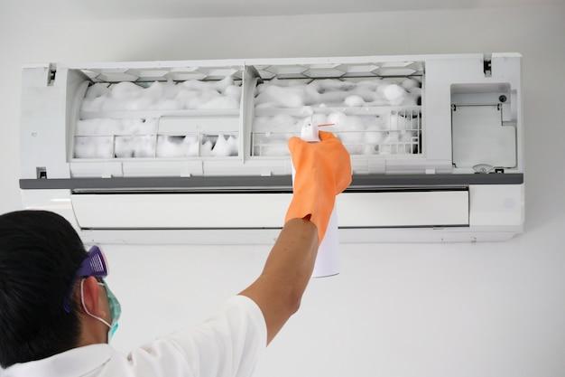 Czyszczenie klimatyzatora za pomocą środka czyszczącego z pianki w spray'u