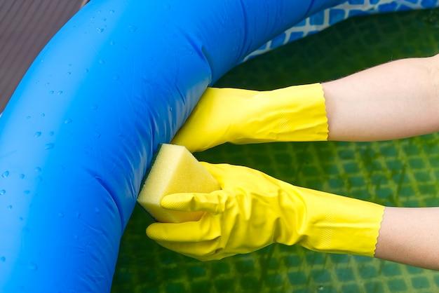 Czyszczenie nadmuchiwanego basenu pcv, czyszczenie brudnego pustego basenu glonów