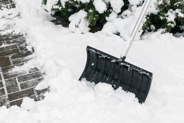 Czyszczenie opadów śniegu. łopata do śniegu z bliska. usuwanie śniegu.