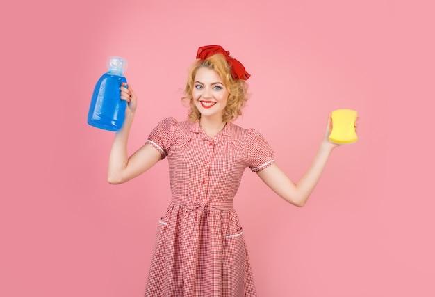 Czyszczenie pin up kobieta ze środkami czyszczącymi w stylu retro pin up kobieta z narzędziami do czyszczenia kobieta z