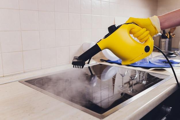 Czyszczenie płyty kuchennej za pomocą odkurzacza parowego.