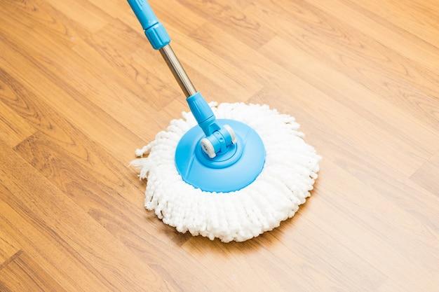 Czyszczenie podłogi drewnianej za pomocą nowoczesnego mopa.