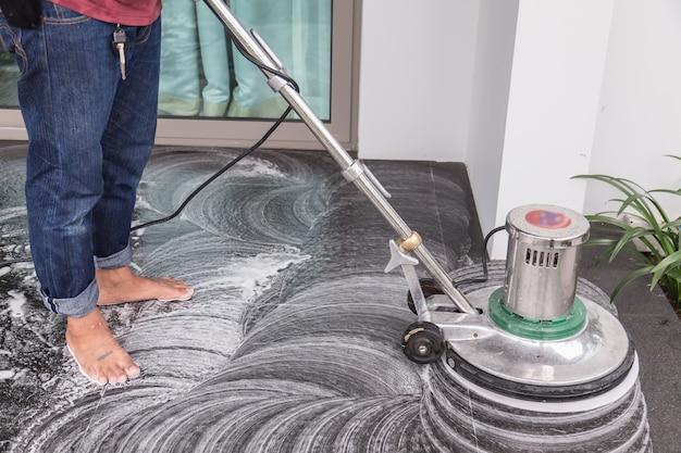 Czyszczenie podłogi za pomocą dużej maszyny