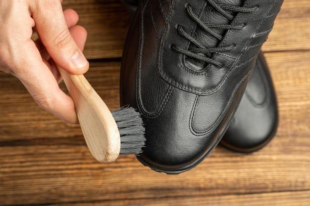 Czyszczenie, polerowanie, renowacja czarnych skórzanych butów ze szczotką i pastą do butów