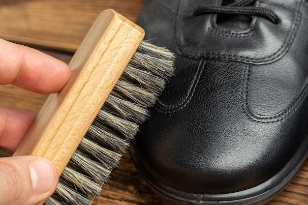 Czyszczenie, polerowanie, renowacja czarnych skórzanych butów ze szczotką