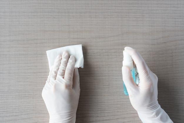 Czyszczenie rąk dezynfekcja dezynfekcja powierzchni domowych. widok z góry