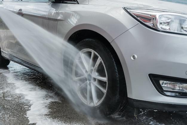 Czyszczenie samochodu strumieniem wody