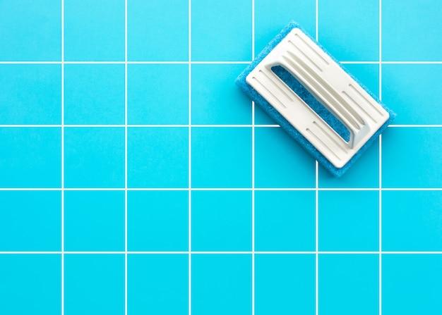 Czyszczenie szczotką na niebieskiej podłodze, układanie na płasko