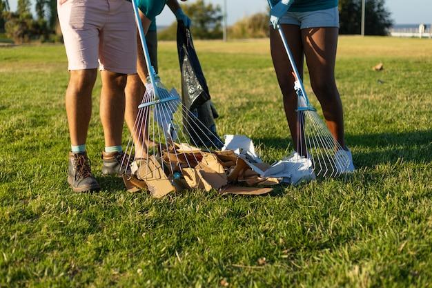 Czyszczenie trawnika miejskiego z papierowych śmieci