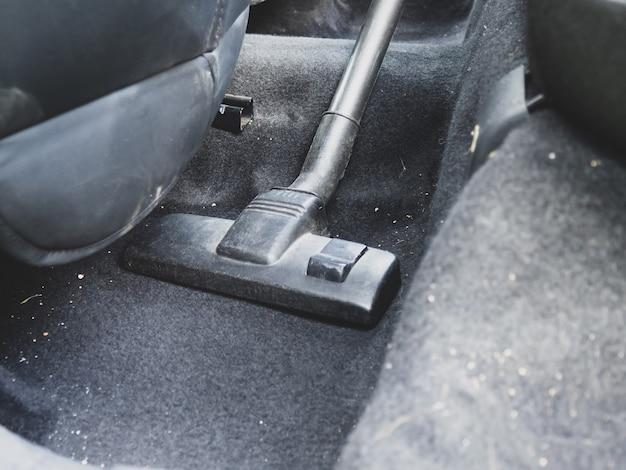 Czyszczenie wnętrza samochodu z zbliżeniem odkurzacza